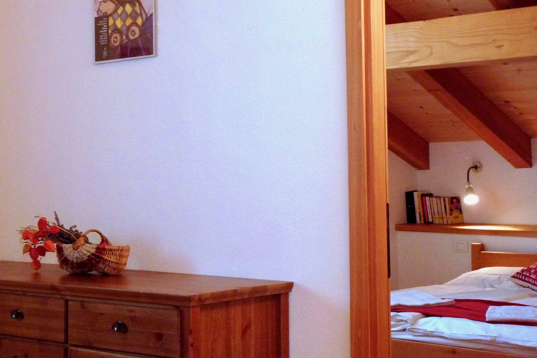 Zona giorno con cucina e divano letto non in uso